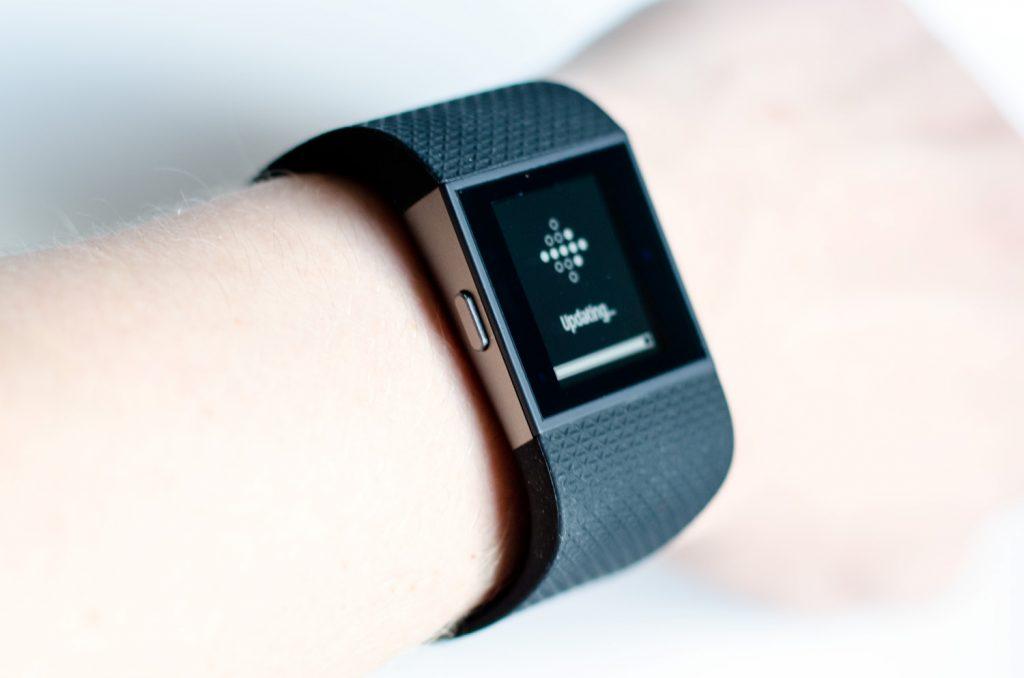 Fitbit Surge am Handgelenk