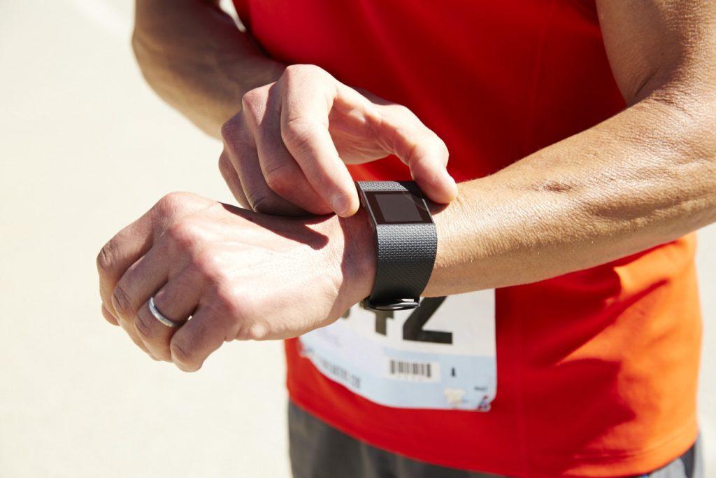 Fitbit Surge beim Sport (Bildquelle: www.fitbit.de)
