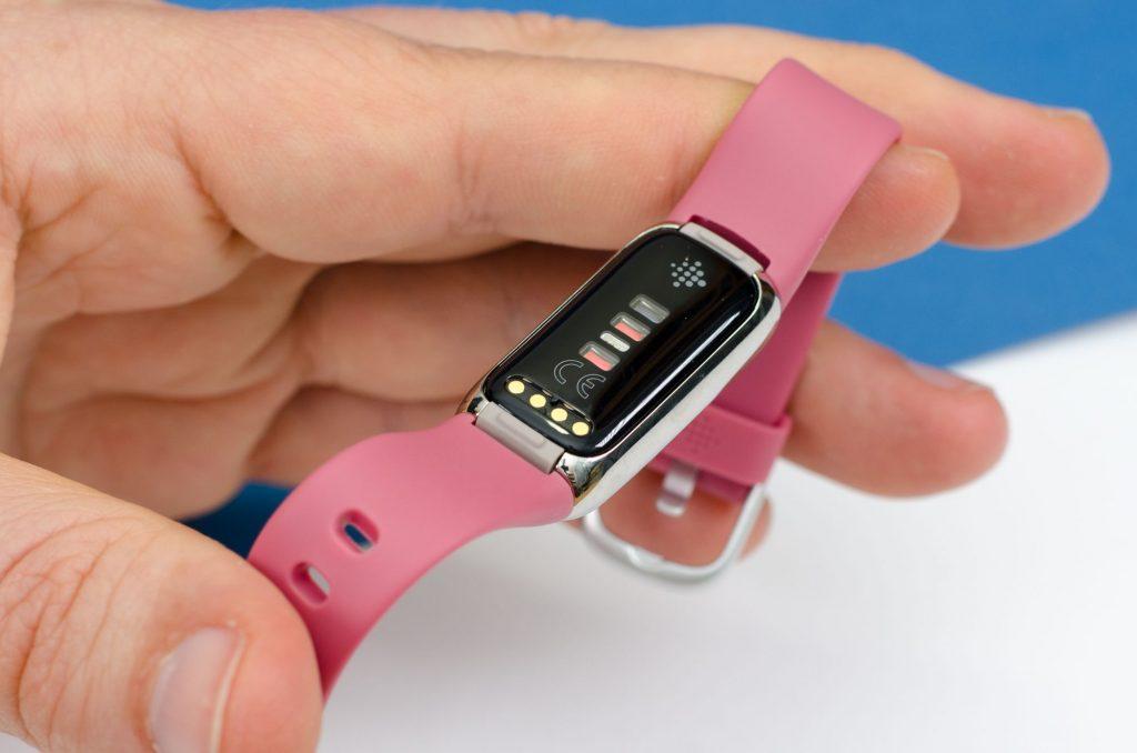 Fitbit Luxe - Sensoren und Ladekontakte auf der Rückseite